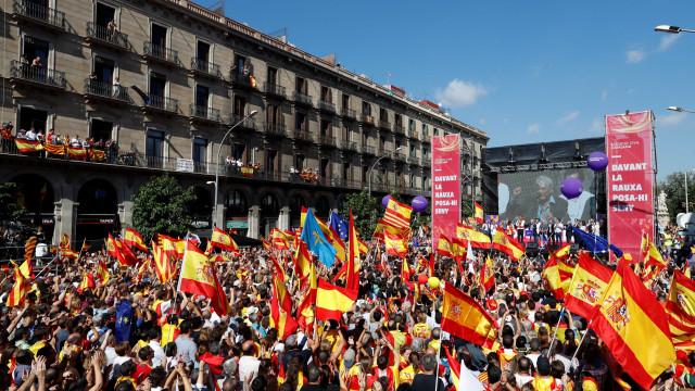 Espanhóis vão às ruas contra independência catalã