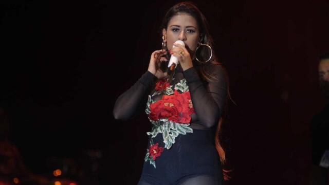 Simone volta a subir ao palco sem Simaria, que está doente