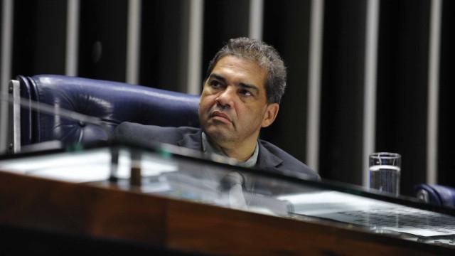 Senador deixa PMDB e diz ter sofrido retaliação de Temer