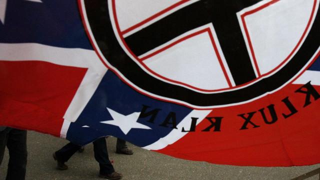 Jovens dos EUA fazem fotos como membros da KKK e com saudação nazista