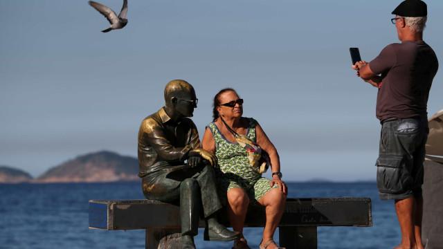 Estátua de Drummond é mais uma vez alvo de vandalismo no Rio