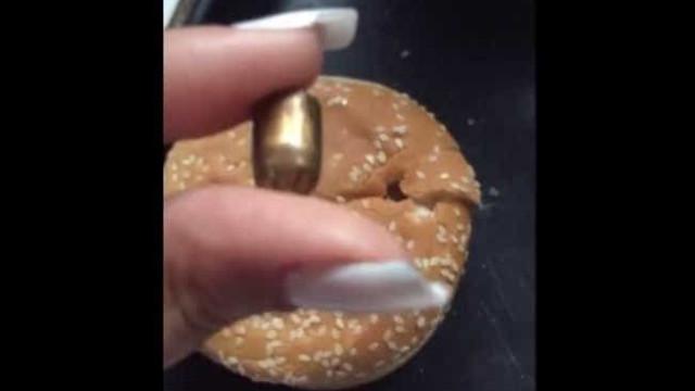 Bala perdida vai parar dentro de pão de hambúrguer em lanchonete