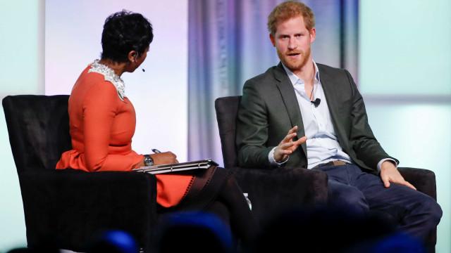 Michelle Obama e príncipe Harry surpreendem alunos nos EUA