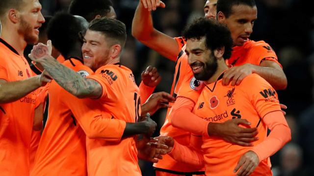 Liverpool goleia West Ham e segue na cola dos rivais de Londres