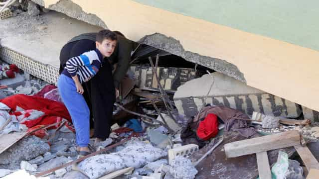 Irã encerra busca por sobreviventes de terremoto que matou mais de 500
