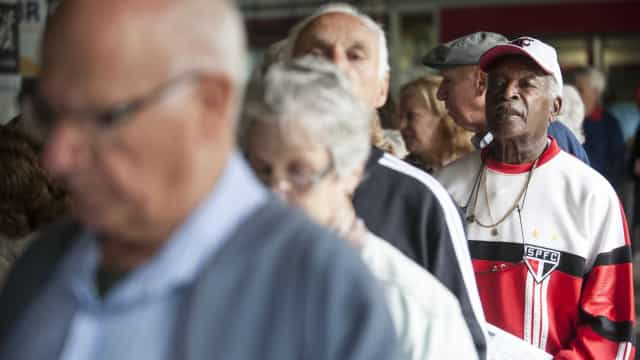 Aposentados e pensionistas começam a receber 2ª parcela do 13º salário