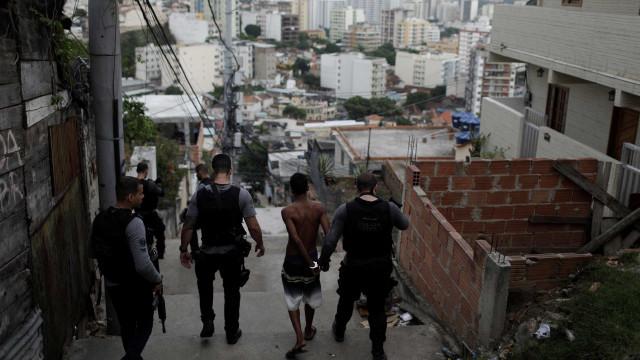 PM prende milicianos que cobravam R$ 40 por segurança de moradores