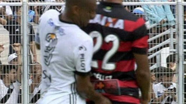Jogador é expulso por 'introduzir dedo nas nádegas' de adversário