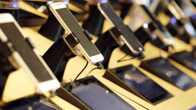 Vendas de linhas de celular caem nos últimos doze meses