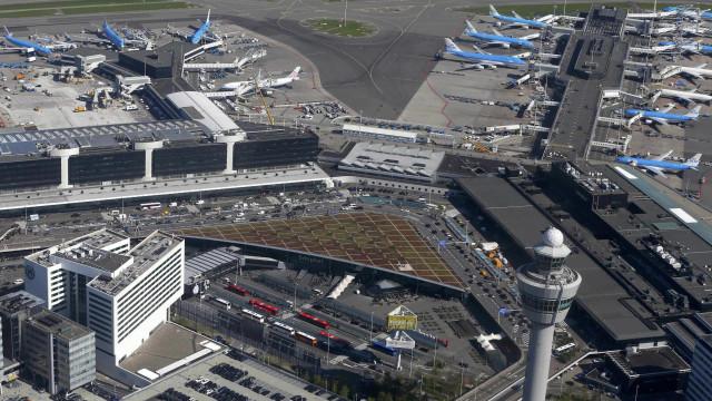 Aeroporto de Amsterdã evacuado após polícia atirar em homem