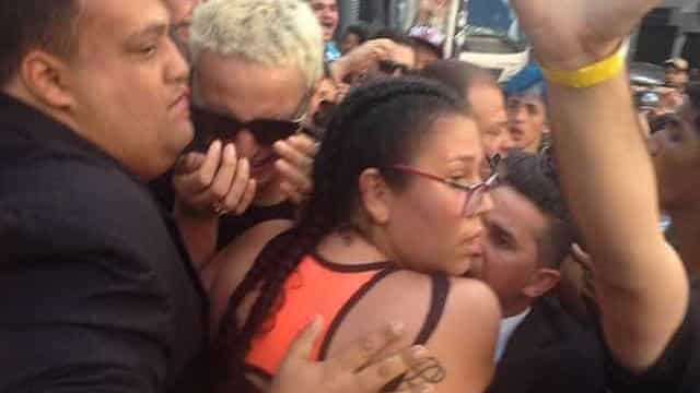 Pabllo Vittar chora ao ficar presa entre fãs após show