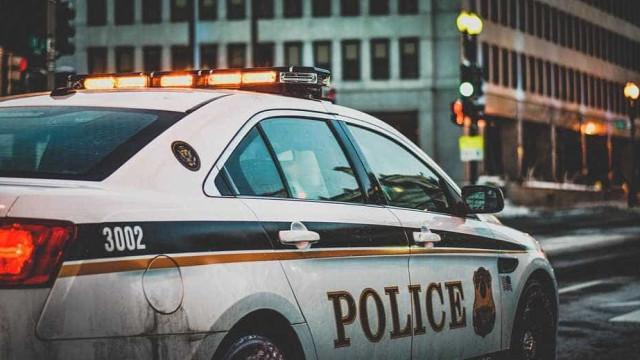 Homem com explosivos faz 11 reféns em agência dos correios