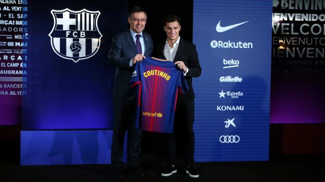 Coutinho assina contrato e é apresentado pelo Barcelona no Camp Nou