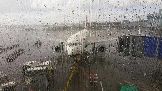 Com pista molhada, avião arremete no Santos Dumont