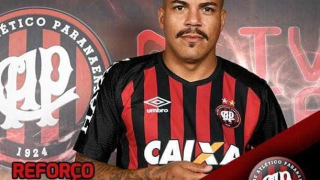 Atlético-PR oficializa contratação de lateral Thiago Carleto, ex-Coxa
