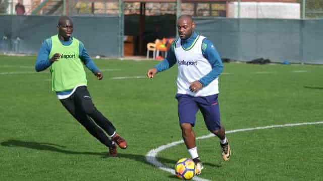 Apalavrado com o Flamengo, Vagner Love voltar a treinar na Turquia