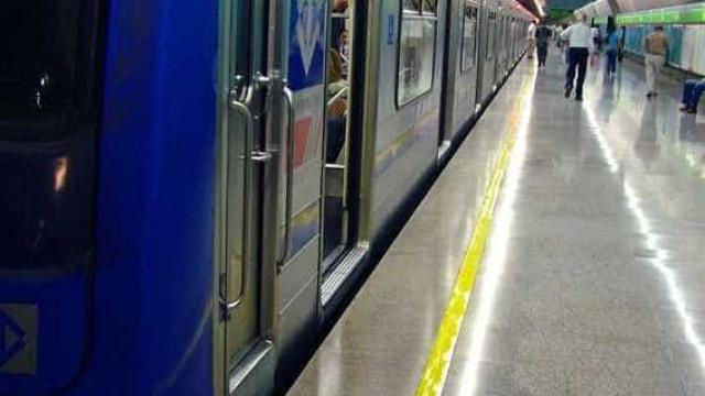 Mulher empurrada no Metrô de SP se emociona ao voltar ao local da queda