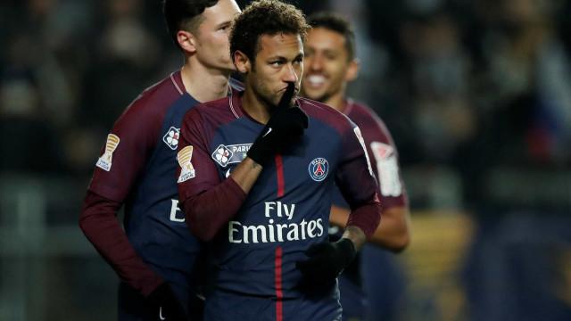 Neymar é vaiado por bater pênalti e adiar recorde de Cavani