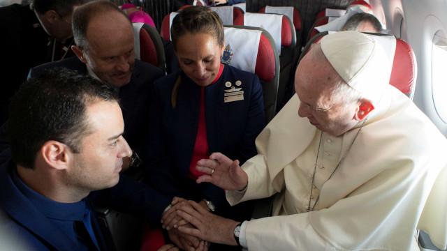 Benção: Papa celebra casamento durante viagem de avião