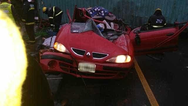 Contêiner cai em cima de carro e deixa pelo menos três mortos