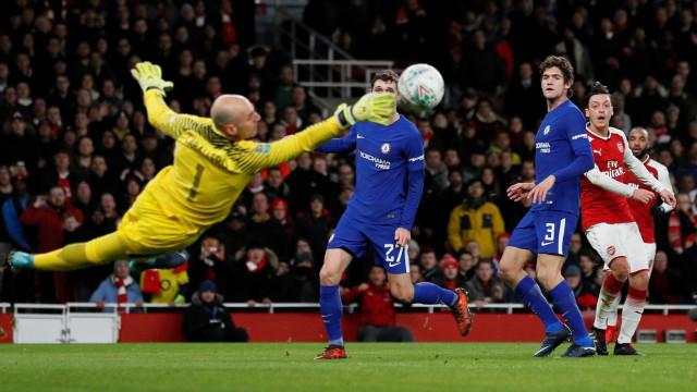 Arsenal vence Chelsea e decidirá Copa da Liga com o Manchester City