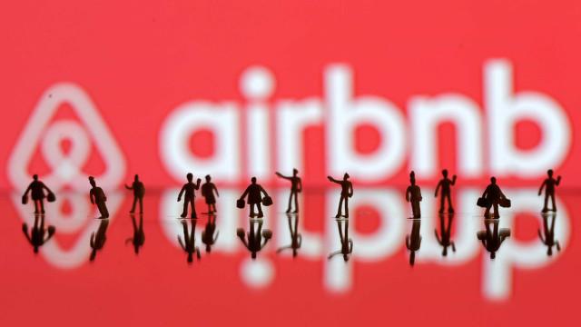 Casal que foi filmado em casa do Airbnb teme vazamento de vídeo íntimo