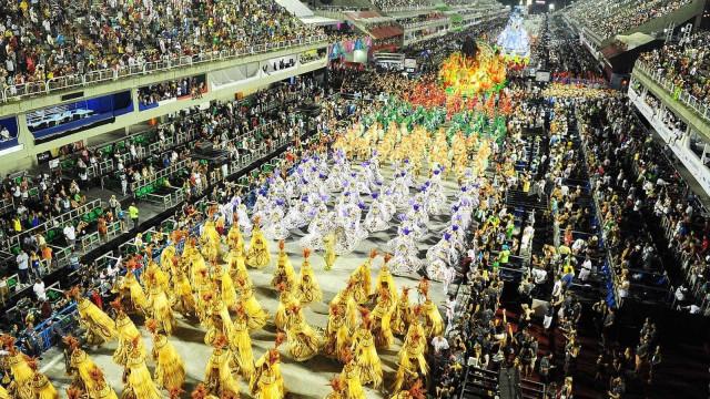 Cambistas tentam vender ingressos para desfiles de carnaval na Sapucaí
