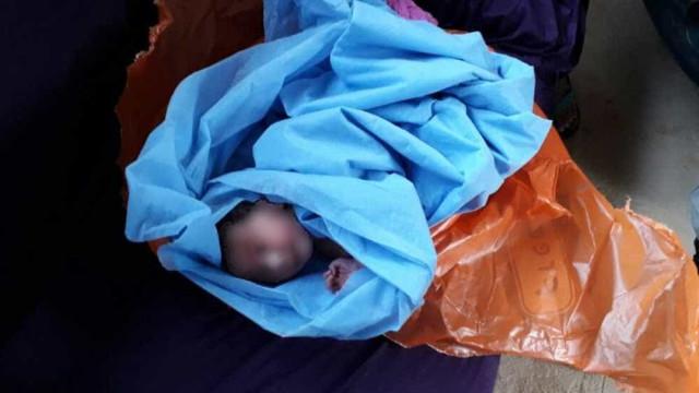 Bebê é achado, com cordão umbilical, dentro de saco plástico em lixo