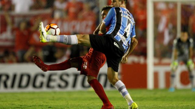Torcida do Independiente é flagrada em ato racista contra gremistas