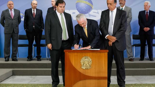 Temer assina decreto e institui intervenção no Rio até 31 de dezembro