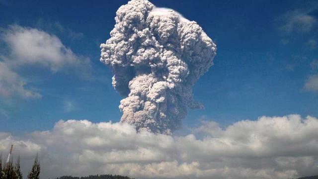 Vulcão entra em erupção na Indonésia e gera alerta vermelho