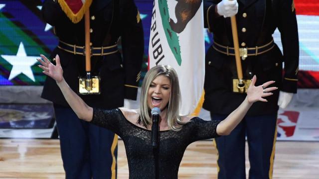 Fergie é criticada após cantar hino dos Estados Unidos: 'sensualizou'