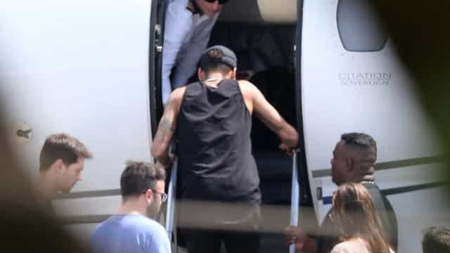 Neymar recebe alta e deixa hospital de helicóptero