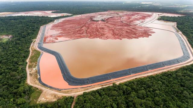 Após transbordo de rejeitos tóxicos, Justiça veta produção a mineradora