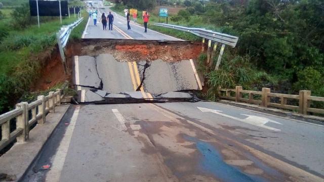 Forte chuva derruba ponte e interdita trânsito na BR-265
