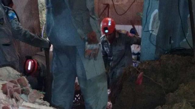 Casal é encontrado morto após 3 horas de buscas em casa soterrada