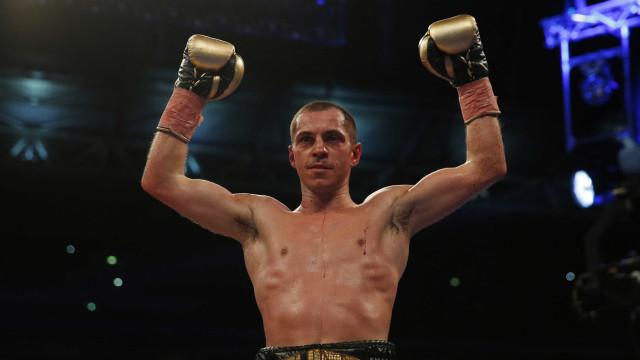 Pugilista britânico termina luta com nariz torto após castigo no ringue