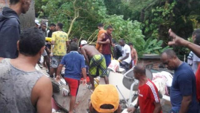 Prédio desaba, mata criança e deixa soterrados em Salvador