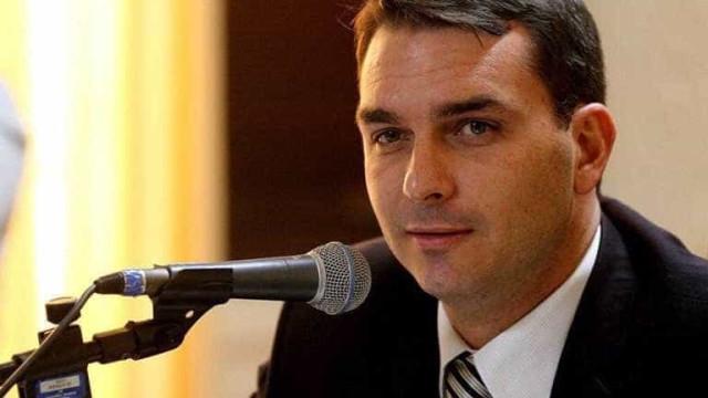 Filho de Bolsonaroapaga tuíte de condolências à famíliade Marielle