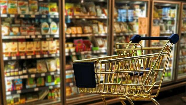 Câmeras em supermercado flagram assaltante matando comerciante