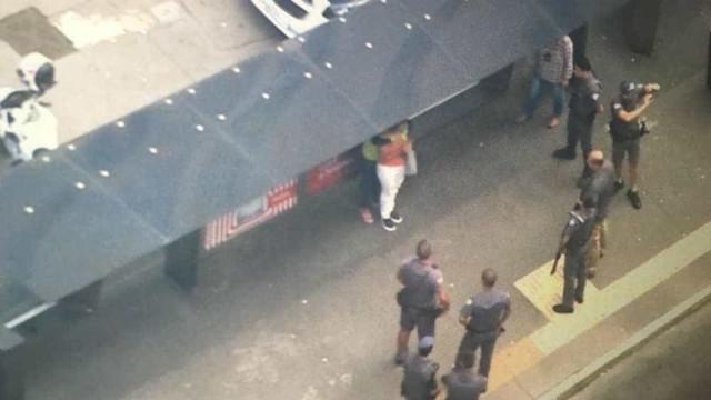 Mulher faz refém em ponto de ônibus e bloqueia Avenida Paulista