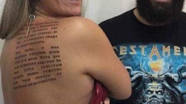 Fani tatua textão reflexivo nas costas: 'O deslumbre passa'