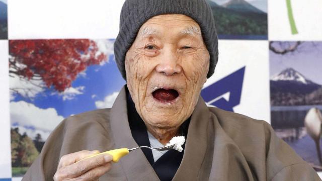 Japonês de 112 anos se torna o homem mais velho do mundo