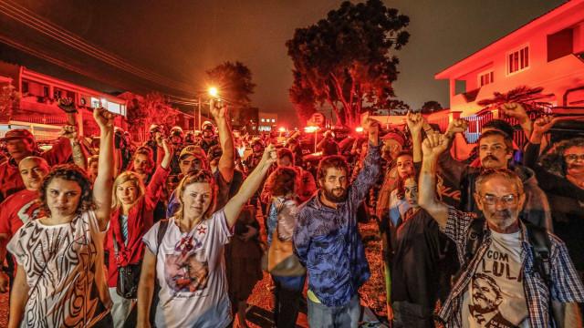Petistas plenejam telefonar o dia todo para saber de Lula na prisão