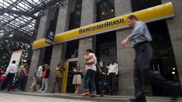 Bando explode bancos, queima ônibus e foge com joias e dinheiro em MG