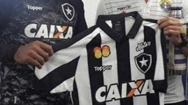 Loco Abreu, hoje adversário, recebe presente do Botafogo antes de jogo