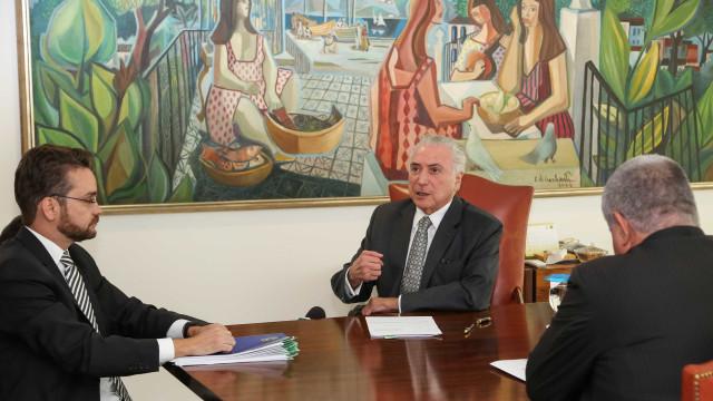 Alvo de denúncias na PGR, Temer exalta combate à corrupção em cartilha