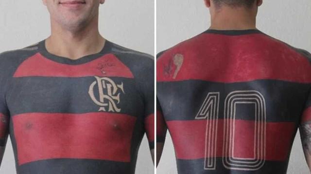 Torcedor do Fla finaliza tatuagem de camisa do clube em tamanho real