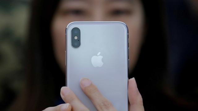 Menino erra senha inúmeras vezes e bloqueia iPhone por 48 anos