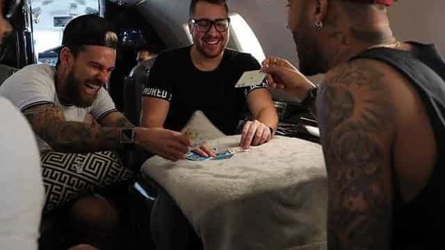 Sem Marquezine, Neymar joga truco com 'parças' no jatinho